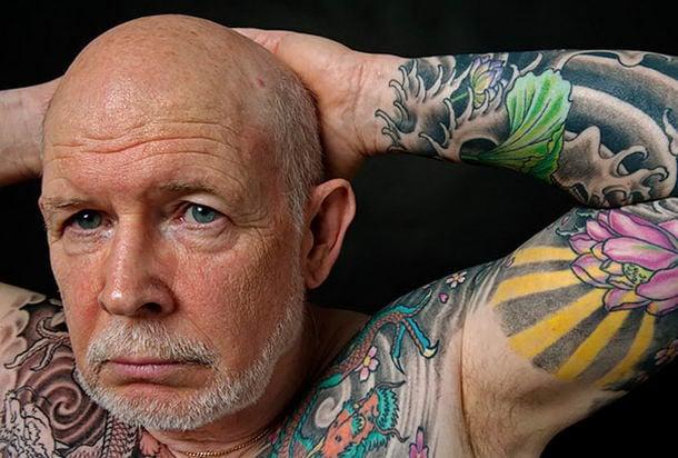 hombre adulto con tatuaje de colores en el cuerpo