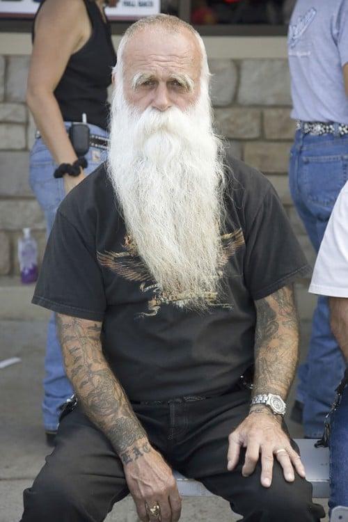 hombre de barba blanda con brazos tatuados
