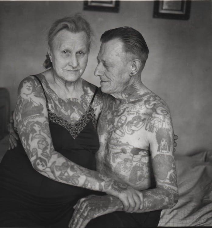 pareja de edad mayor con tatuajes en todo el cuerpo