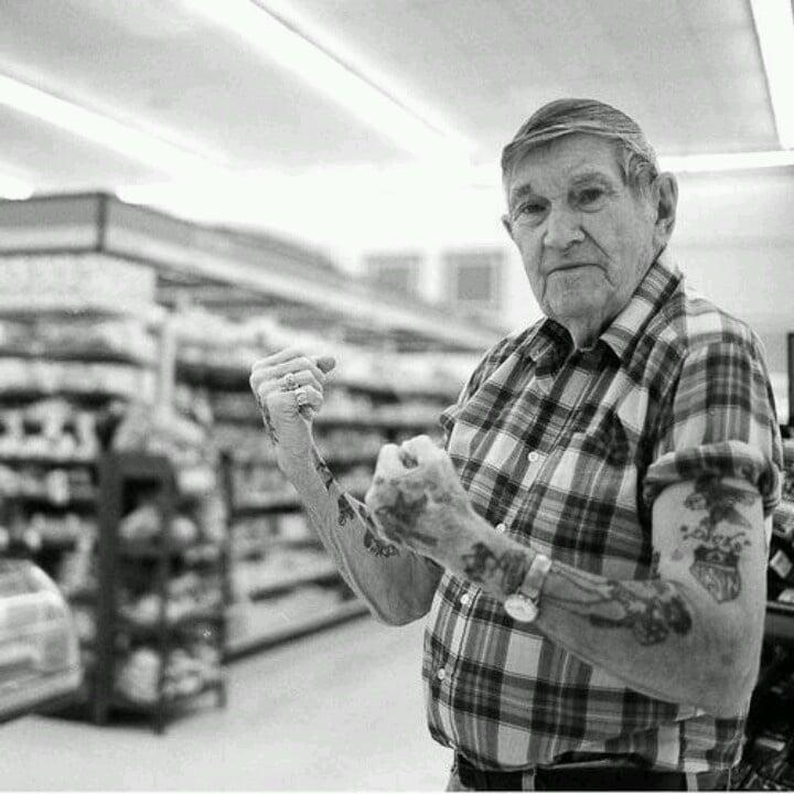 Viejito en centro comercial luciendo sus tatuajes