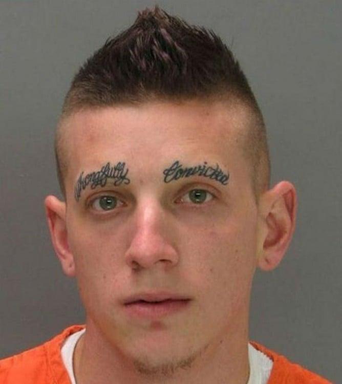 Chico con letras tatuadas en las cejas con cursiva y que no se les entiende nada