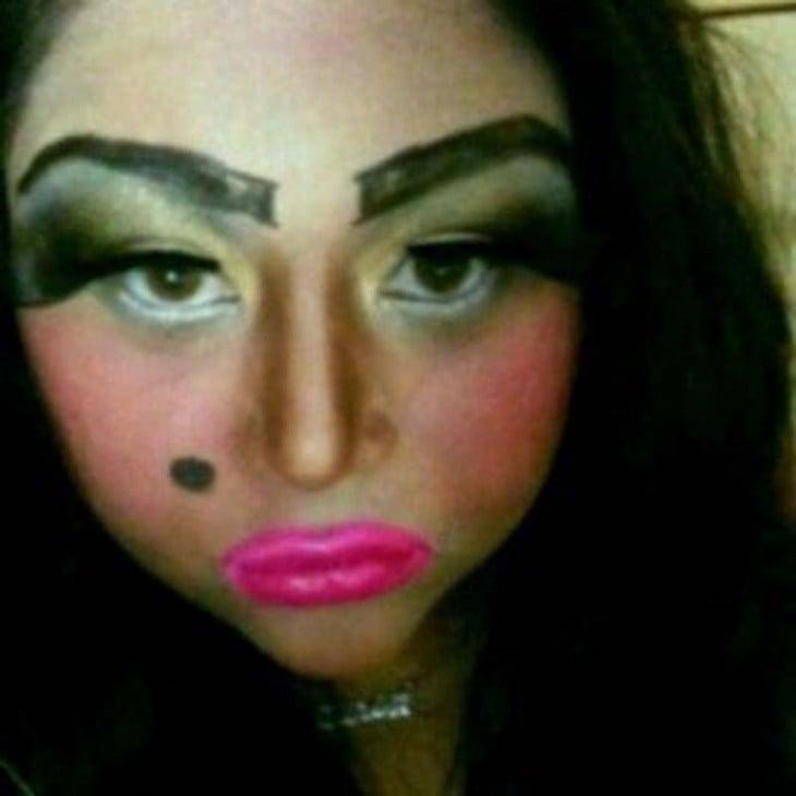 Chica con un maquillaje muy marcado y unas cejas horriblemente delineadas