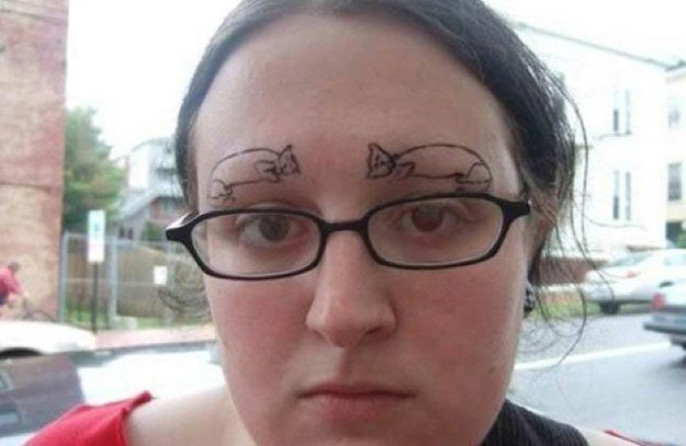 Chica con tatuajes de gatos en las cejas
