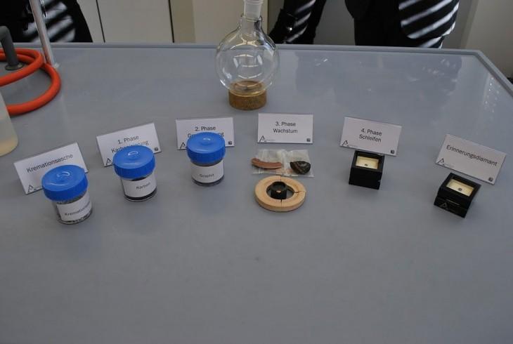Imagen que muestra el proceso de como se transforman las cenizas en diamante en diferentes frascos