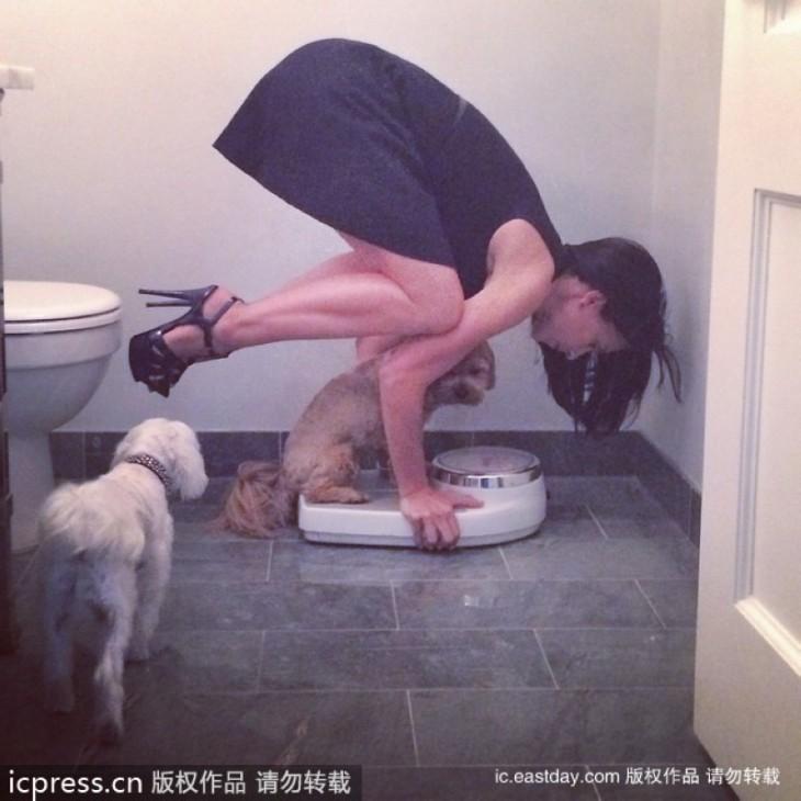chica con perros y una balanza en un baño público