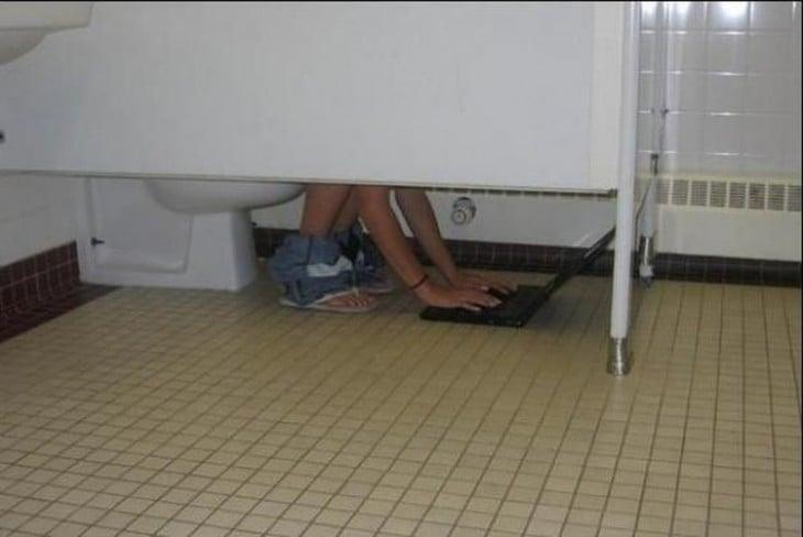 alguén usa una lap top en un baño público