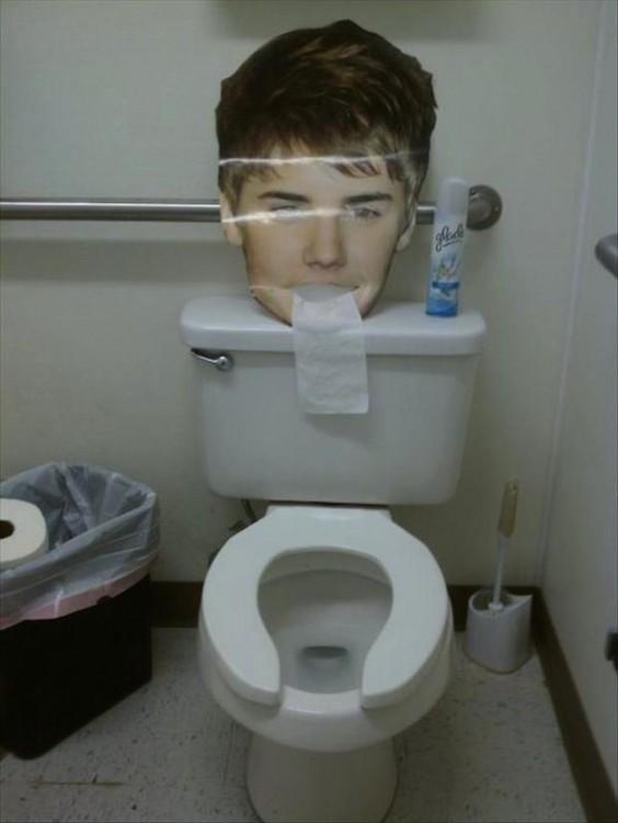 cabeza entrega papel higiénico en un baño público