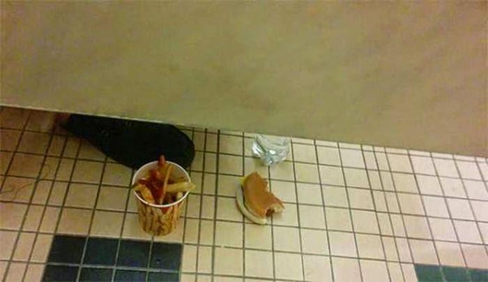 fast food en un baño público