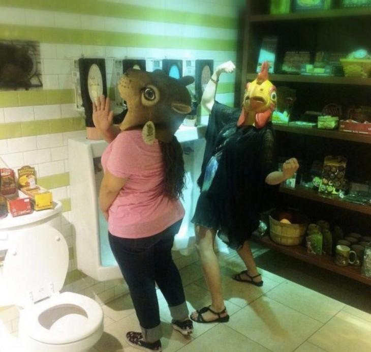 gente disfrazada en un baño público