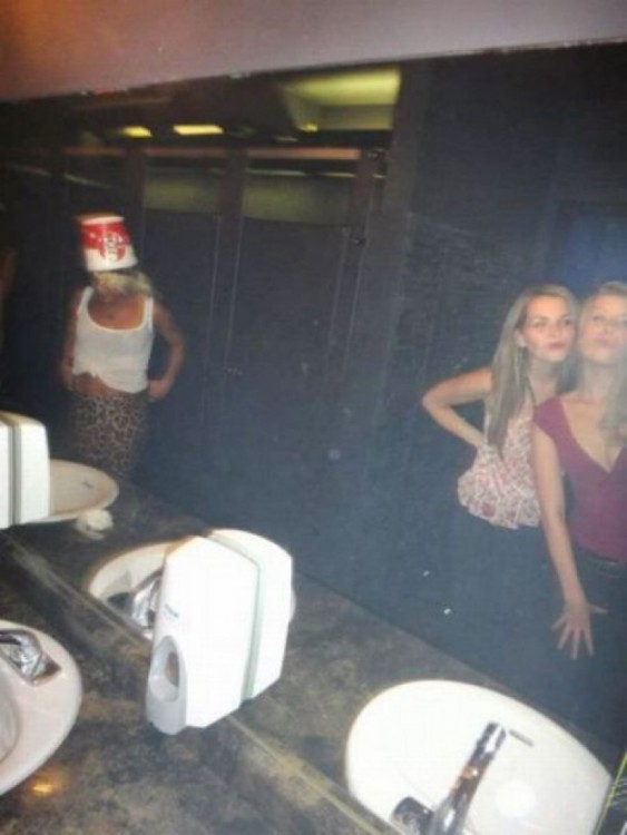 chicas en un baño público