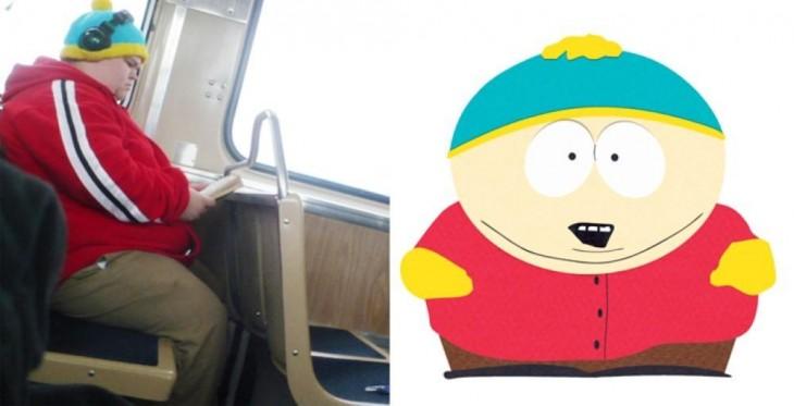 Chico sentado en el autobús vestido y con similitud a Cartman