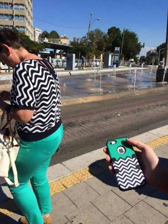 Señora vestida del mismo color que una funda de celular