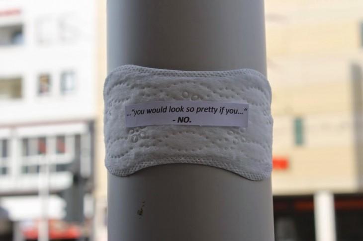 una toalla femenina feminista Elonë , en una columna