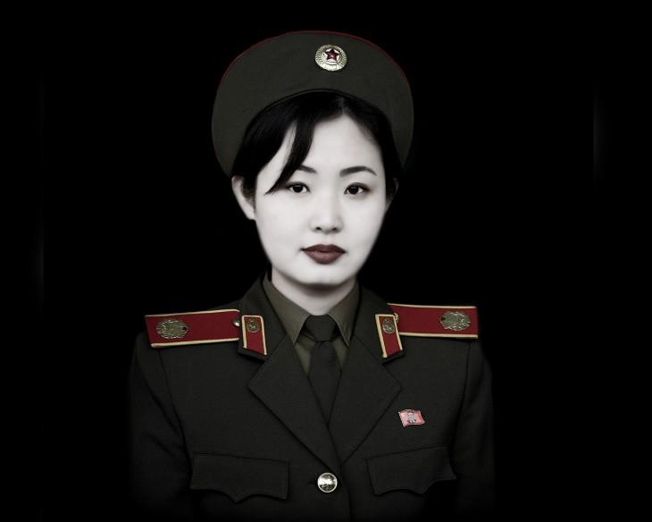 chica maquillada como soldado norcoreana