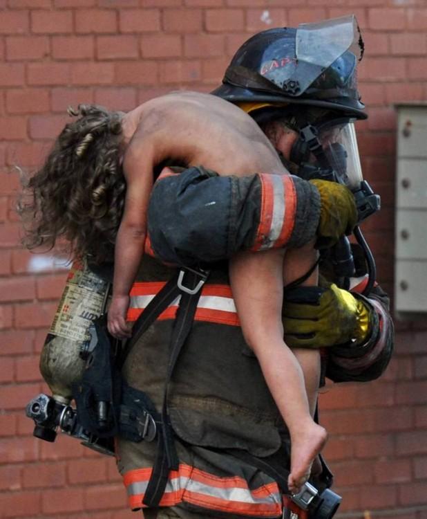 bombero rescatando a un niño de un incendio en estados unidos
