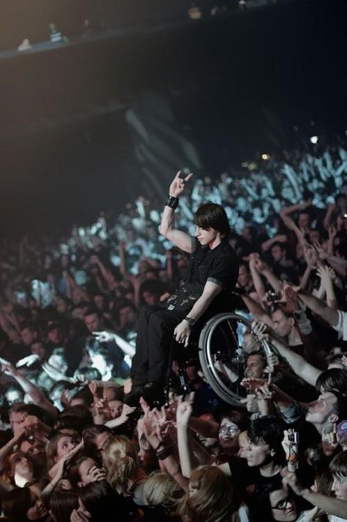 hombre en silla de ruedas es elevado para que pueda disfrutar de un concierto en moscú