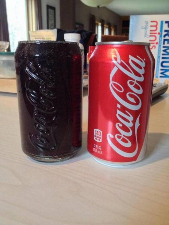 vaso de refresco junto a una lata de cocacola