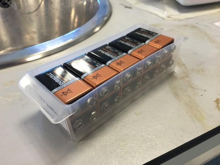 pilas encajadas perfectamente en un contenedor