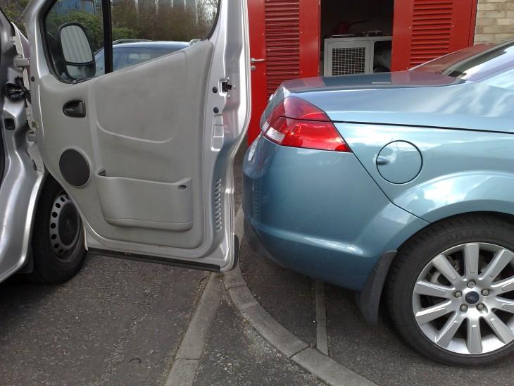 puerta de un carro abierta sin pegarle a otro carro