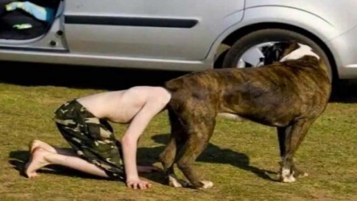 persona con la cabeza en la parte dentro atras de un perro