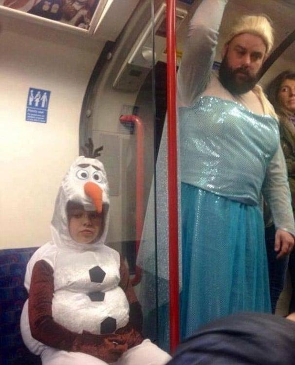 Padre e hija disfrazados de personajes de Frozen