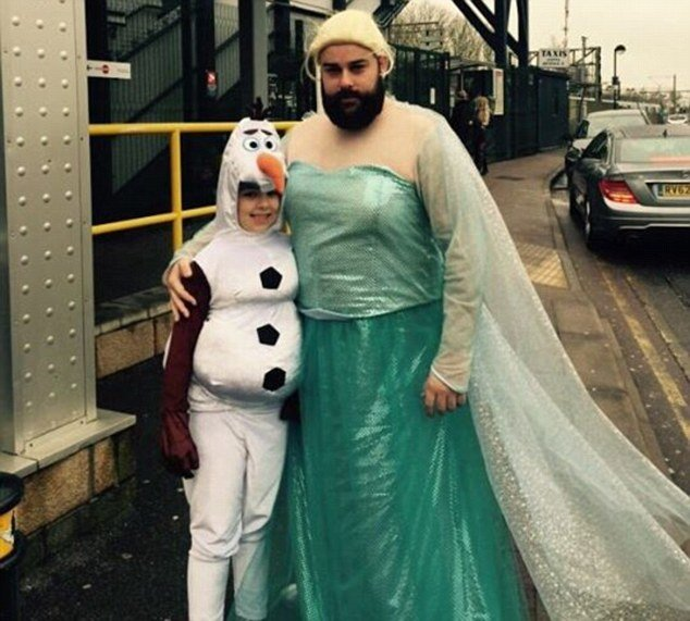 Hombre disfrazado de Elza a lado de su hija vestida de muñeco de nieve
