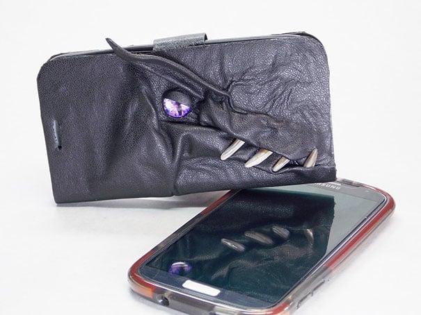 Funda para celular de cuero con cara de dragón