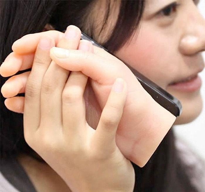Funda para celular con una mano en la parte trasera