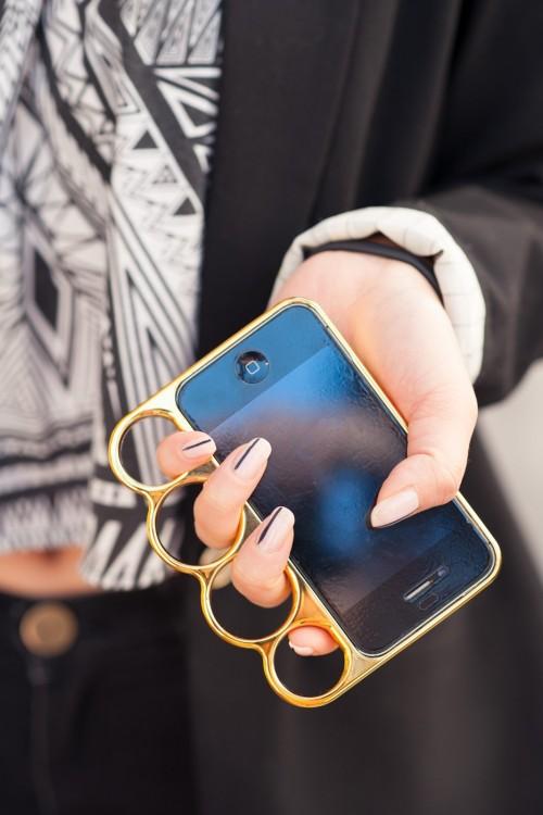 funda de cobre para iphone que tiene aros para que la sostengas con los nudillos
