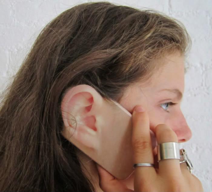 Funda para iphone con el diseño de un oído en la parte trasera