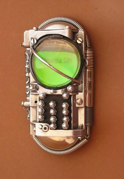 Funda para iphone con un estilo steampunk que simula ser un celular de la revoluciòn industrial