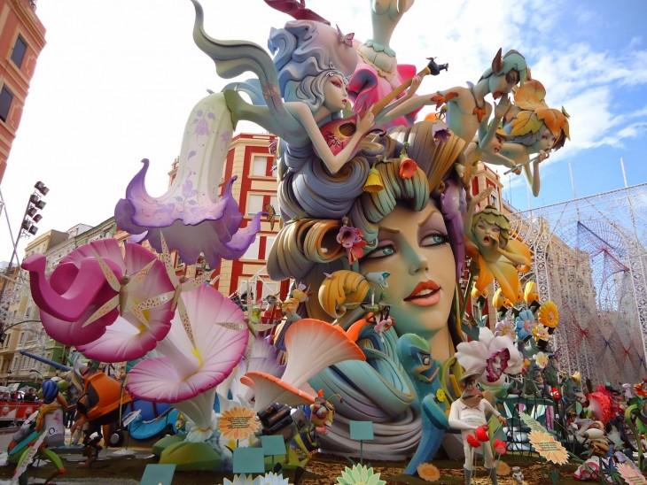 muñecos hechos con distintos materiales como papel carton que forman la estructura de una mujer gigante