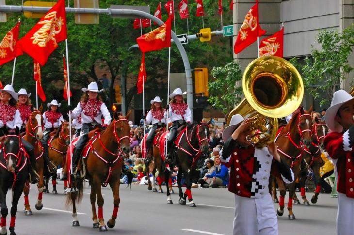 personas cabalgando en caballos en un desfile