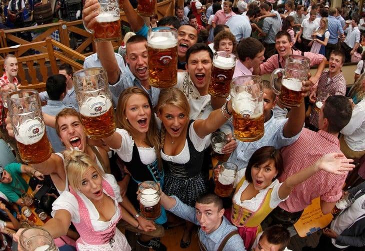peersonas con cervezas en las manos brindando