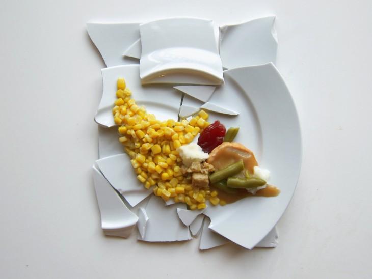 Hannah Rothstein' arte con comidas plato con comida al estilo Julian Schnabel