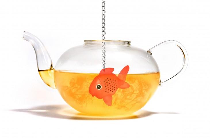 infusor en forma de pez en pecera