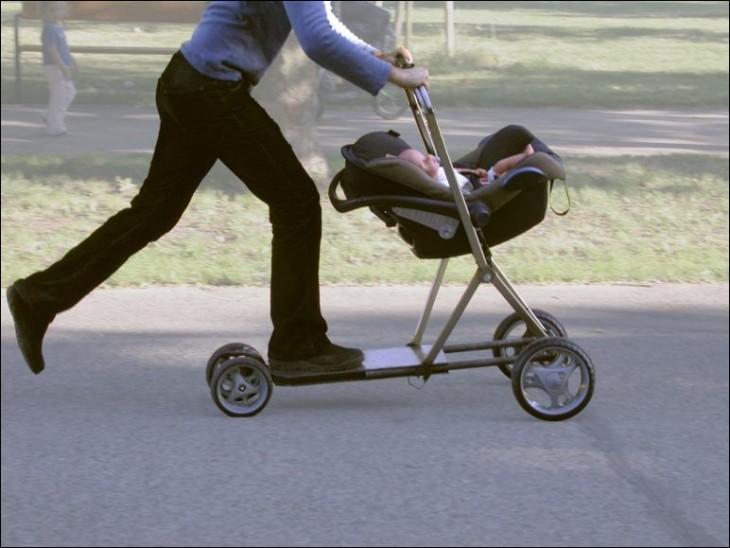 Persona sobre una carreola patín del diablo paseando a un bebé