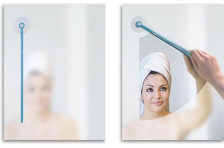 Mujer reflejada en el espejo limpiándolo con un limpia parabrisas