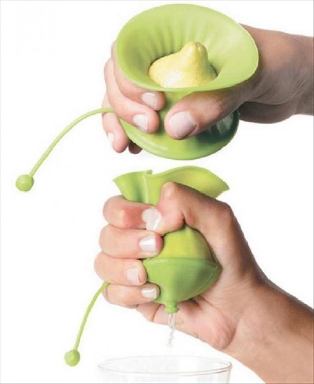 Exprimidor de limón con un diseño en color verde y fácil de aplastar