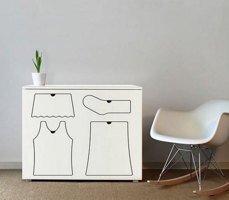 Mueble blanco con figuras de ropa pintada en la superficie
