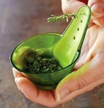 Utensilio que sirve para quitar las hojas de orégano y/o especias en la cocina
