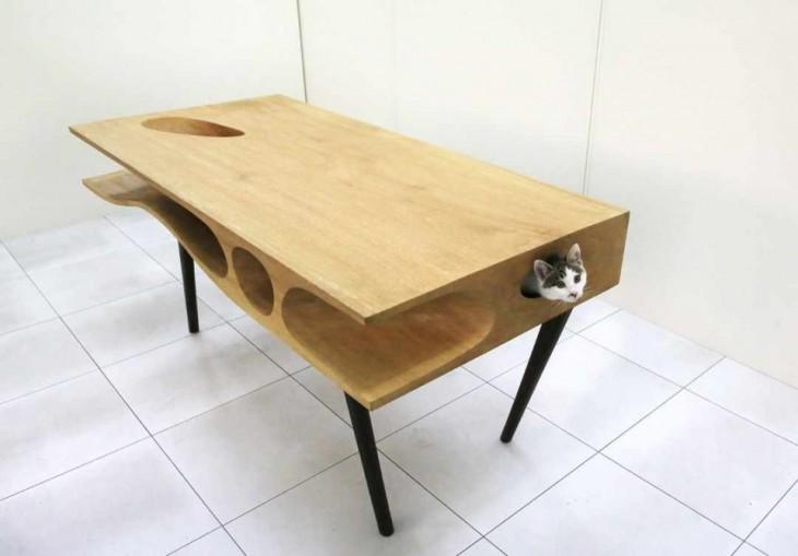 Mesa que tiene una estructura extraña que permite jugar a tu gato mientras trabajas
