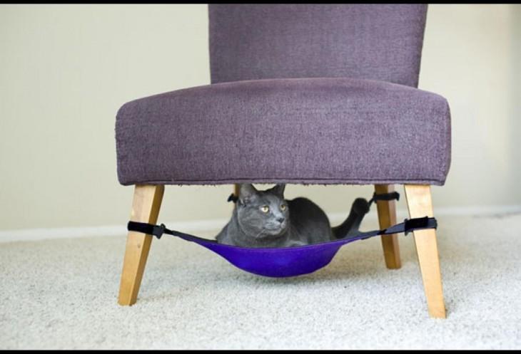 Sillón con una maña debajo que sirve de cuna para tu gato