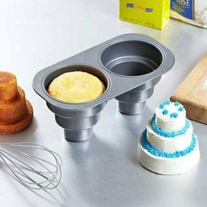 Un molde para hacer un pequeño pastel con algunas representaciones a sus costados