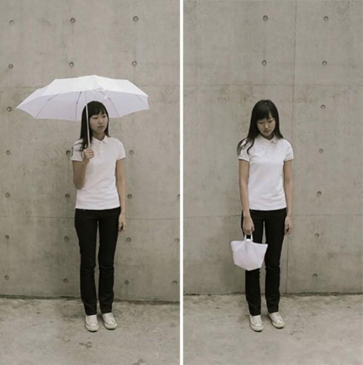 Mujer con un paraguas que se convierte en bolsa