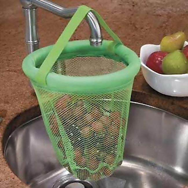 Escurridor de color verde que se cuelga en las llave de la tarja con uvas dentro