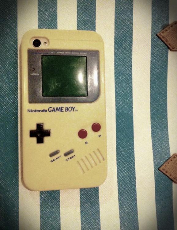 funda para Iphone con diseño de un viejo nintendo Gameboy