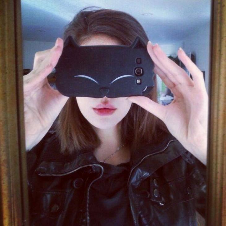 Chica tomando una foto al espejo con un Iphone que trae funda de gatubela