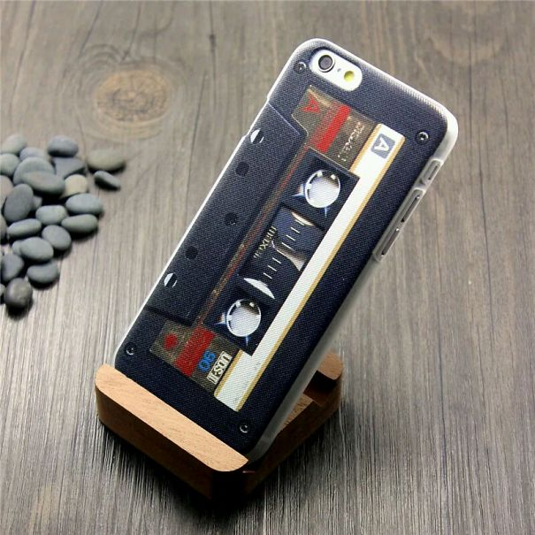 Funda para Iphone con un diseño de cassette en color negro