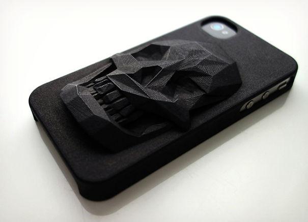 Diseño de una funda para Iphone en color negra con un Cráneo en 3D